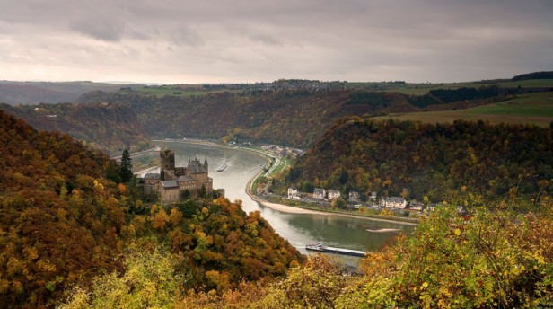 KKatz Castle seen from Patersberg across St. Goarshausen, Loreley is situated on the rear left, River Rhine, Rhineland-Palatinat